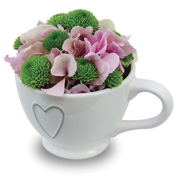 composition florale dans une tasse